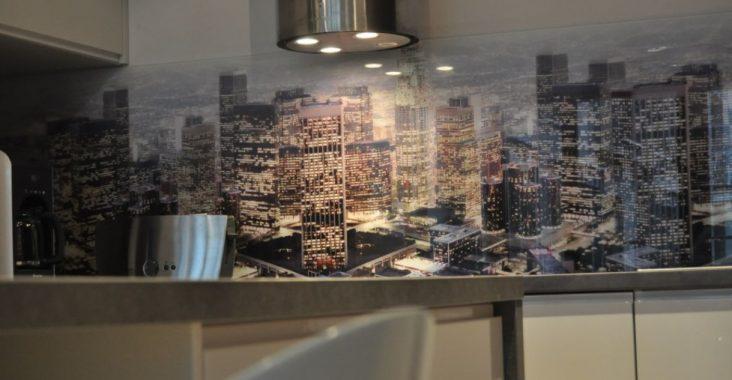 panele szklane w kuchni z grafiką miasta